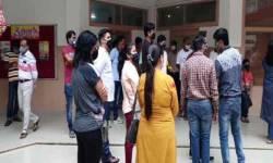 સુરતમાં એસ.ડી. જૈન સ્કૂલની ફીને લઇને દાદાગીરીઃ વાલીઓએ સ્કૂલ પરિસરમાં કર્યો હોબાળો