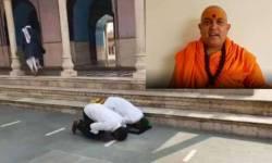 મથુરા: મંદિરમાં 2 લોકોએ નમાઝ પઢી, સંત જિતેન્દ્રાનંદે કહ્યું-'અમને પણ ક્યારેક મસ્જિદમાં કરવા દો આરતી'
