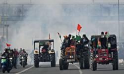 દિલ્હીમાં ગણતંત્ર દિવસે ખેડૂતોની ટ્રેક્ટર પરેડમાં બબાલ, ખેડૂતોએ બેરિકેડ તોડ્યા, પોલીસે ટીયર ગેસ શેલ છોડ્યા