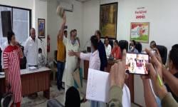 વલસાડ નગરપાલિકા સામાન્ય સભામાં મહિલાઓ શૌચાલયનો ડબ્બો લઈ ઘૂસી જતાં હંગામો