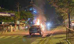 સુરતના સરથાણામાં કારમાં આગ લાગી, ચાલકનો આબાદ બચાવ,બેટરીમાં શોર્ટ સર્કિટથી આગ લાગ્યાનું અનુમાન