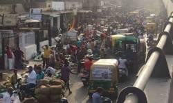 શનિ-રવિ કરફ્યુની અફવાએ જોર પકડ્યું : અમદાવાદમાં સાંજથી જ ગુજરાતના મોલ તથા માર્કેટમા જરિયાતી વસ્તુઓ લેવા માટે લોકોની લાઈનો લાગી