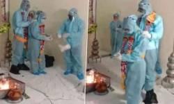 લગ્ન પહેલા વરરાજા થયા કોરોનાગ્રસ્ત, દુલ્હા-દુલ્હને PPE કિટ પહેરીને લીધા સાત ફેરા