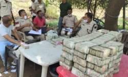 ગુજરાત-રાજસ્થાન બોર્ડર પરથી પોલીસને શંકાસ્પદ ગાડીમાંથી સાડા ચાર કરોડ રૂપિયા રોકડા મળ્યા