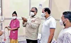 મુન્નાભાઇ MBBS :  છ ચોપડી ભણેલા કામરેજના MLA ઝાલાવાડીયાએ કોરોના દર્દીના બોટલમાં ઇન્જેક્શન મુક્યું