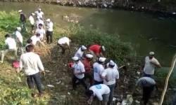 સુરતના પુણા વિસ્તારમાં તંત્ર દ્વારા ખાડીની સફાઈ ન થતા AAPના નગરસેવકો અને કાર્યકર્તાઓ ઝાડુ સાથે સફાઈ કરવા ઉતર્યા