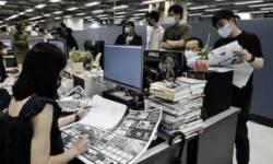 ચીનના કોમ્યુનિસ્ટ નેતાઓ અને કોમિયુનિસિઝ્મ વિરુદ્ધ અભયાન ચલાવતું  'APPLE DAILY ' અખબાર બંધ !!  પત્રકારોની ધરપકડ કરી જેલમાં નાખ્યા
